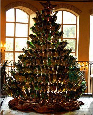 Интересная ёлка из винных бутылок фото