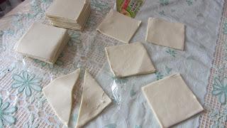 квадраты слоеного теста разрезаем по диагонали