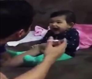 Papai sendo trollado pela criança pequena