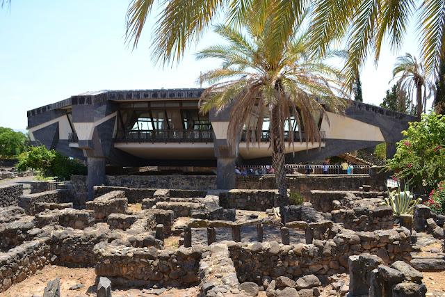 terra santa cafarnaum - igreja sobre a casa de Pedro