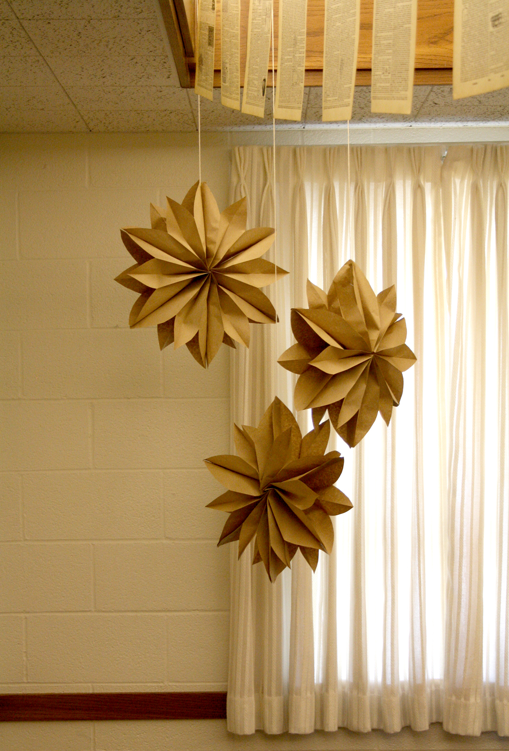 Ideas for homemade paper christmas decorations - Diy Hanging Paper Christmas Decorations Sunday September 11 2011