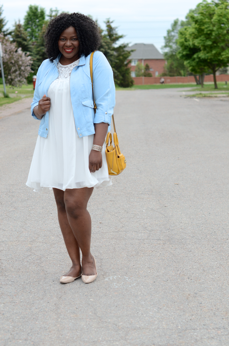 Plus size fashion blogger: Love the color combo of white #paleblue and #mustard. Plus size style and fashion for women. #curves #tendance #femmeronde