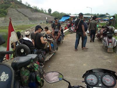 Komunitas Vespa Indonesia di Embung Lodan Sarang Rembang