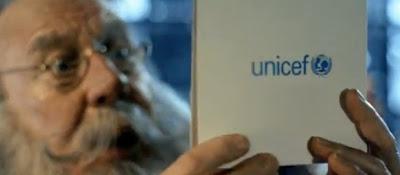 comercial de unicef papa noel no quiere repartir regalos medicinas a niños pobres de africa