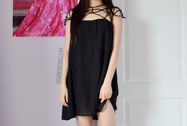 More photos of the cutout caged-neckline smock shift dress from Romwe.