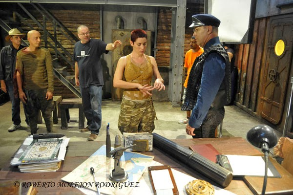 El guionista y escritor Eduardo del Llano (C), director de Omega 3, primera cinta cubana de ciencia ficción, prepara una escena durante el rodaje en los Estudios de Filmación del Instituto Cubano del Arte e Industria Cinematográficos (ICAIC),