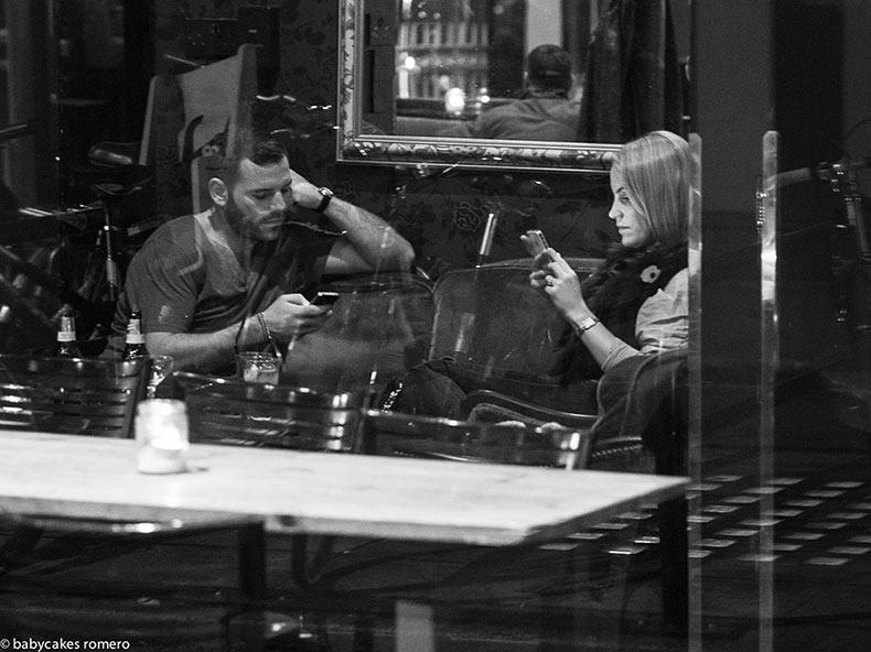 La muerte de conversación: Fotógrafo captura la obsesión de las personas por sus teléfonos