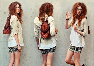 modelo con mochila artesanal