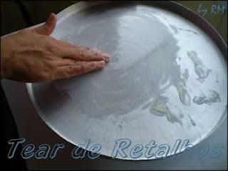 Untando a forma para assar o sequilho de amido de milho com leite condensado.
