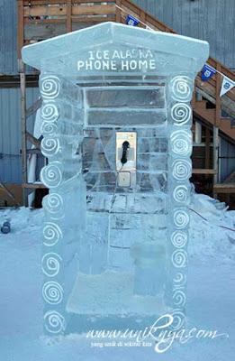 Telepon umum yang terbuat dari Es