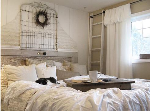 cama blanca con cojines