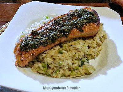 Varada Gastronomia: Salmão Grelhado com Molho Pesto e Risoto de Brócolis com Parmesão