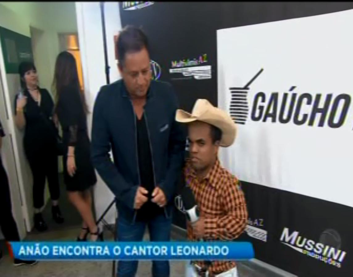 Anão Marquinhos tira selfie com Leonardo programa  BALANÇO GERAL6/10/2018