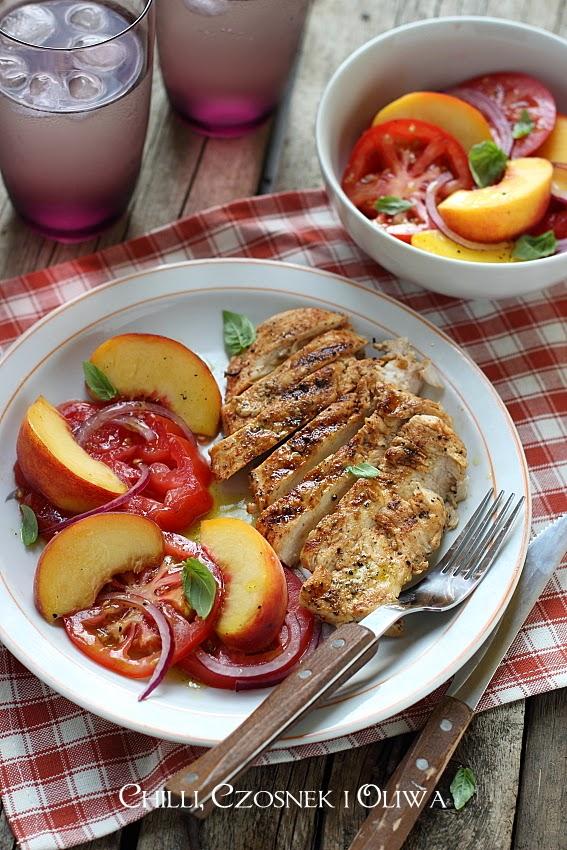 salatka z brzoskwiniami i bazylia