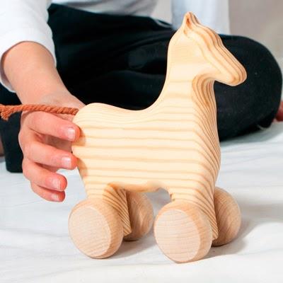 Caballito de madera con ruedas basado en la pedagogía Waldorf