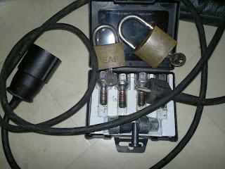 Motorvärmarkabel och Ett par hänglås (med sneda nycklar)