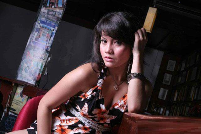 Foto Artis Seksi Tia Agustin with floral mini dress