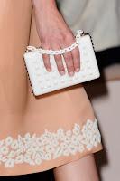 Бяла малка чантичка с верига, дизайнер Valentino