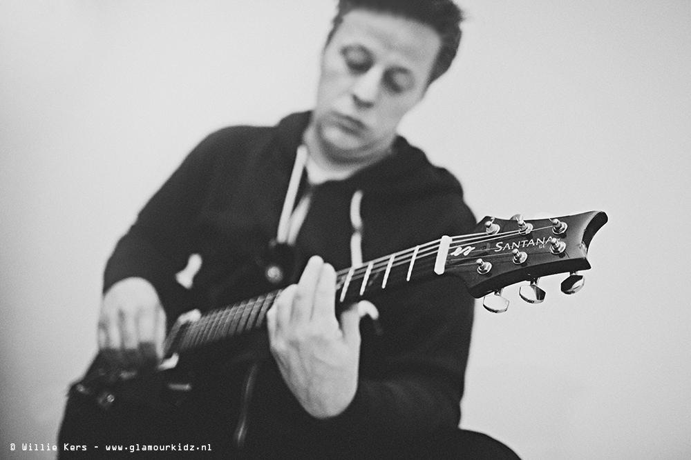 jongen speelt electrische gitaar, electric guitar player