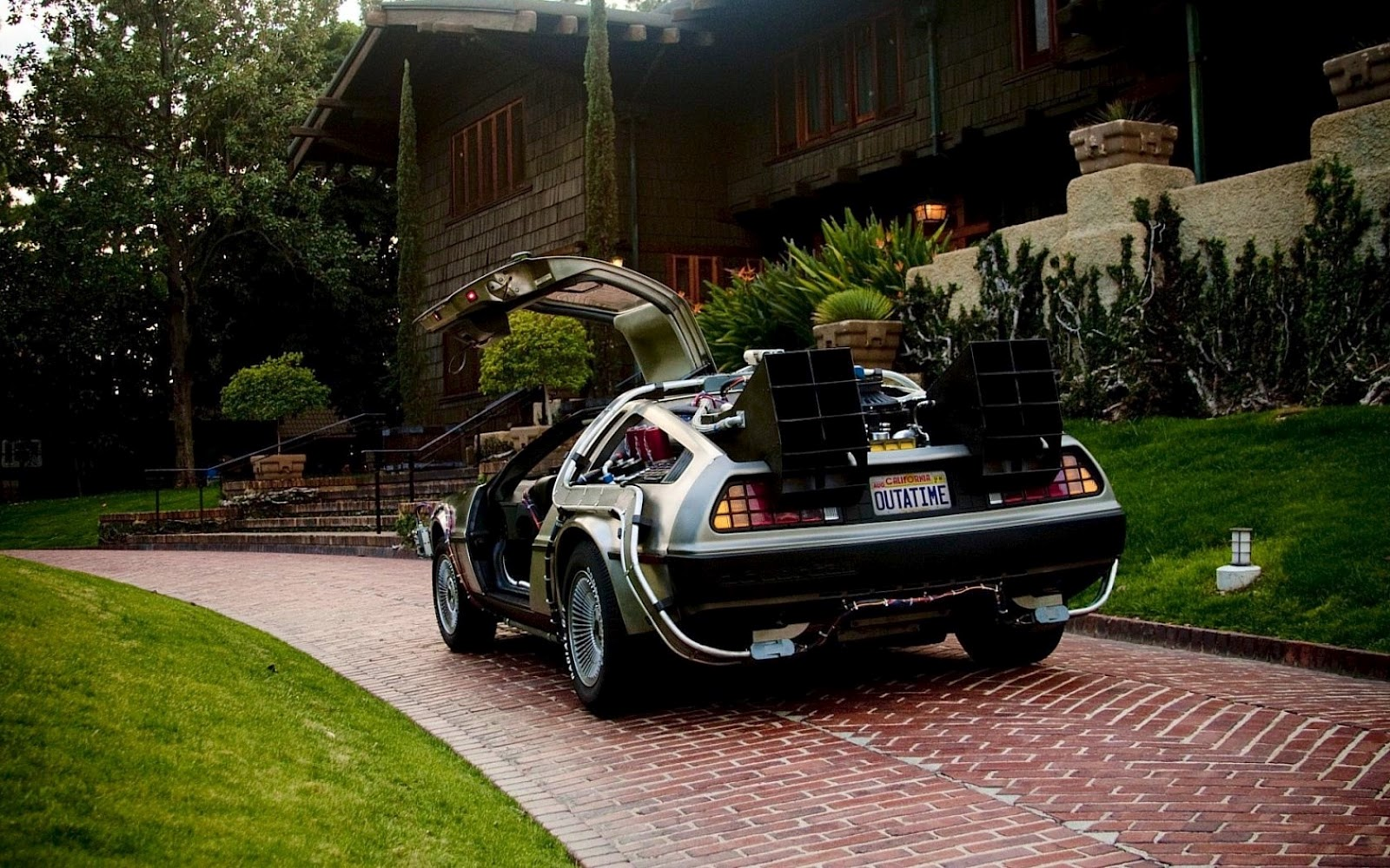 http://1.bp.blogspot.com/-qJTyfGo7sMY/T3sdr5jXTfI/AAAAAAAABFc/_18rEIBiwog/s1600/DeLorean_DMC_12_Back_to_the_Future_Car_HD_Wallpaper.jpg