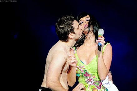 http://1.bp.blogspot.com/-qJUU9X6l1-g/Tn4kWSlpmyI/AAAAAAAADOo/Vh5B-ilNHic/s440/katy+perry+makes+out+kisses+fan+rio+janeiro.jpg