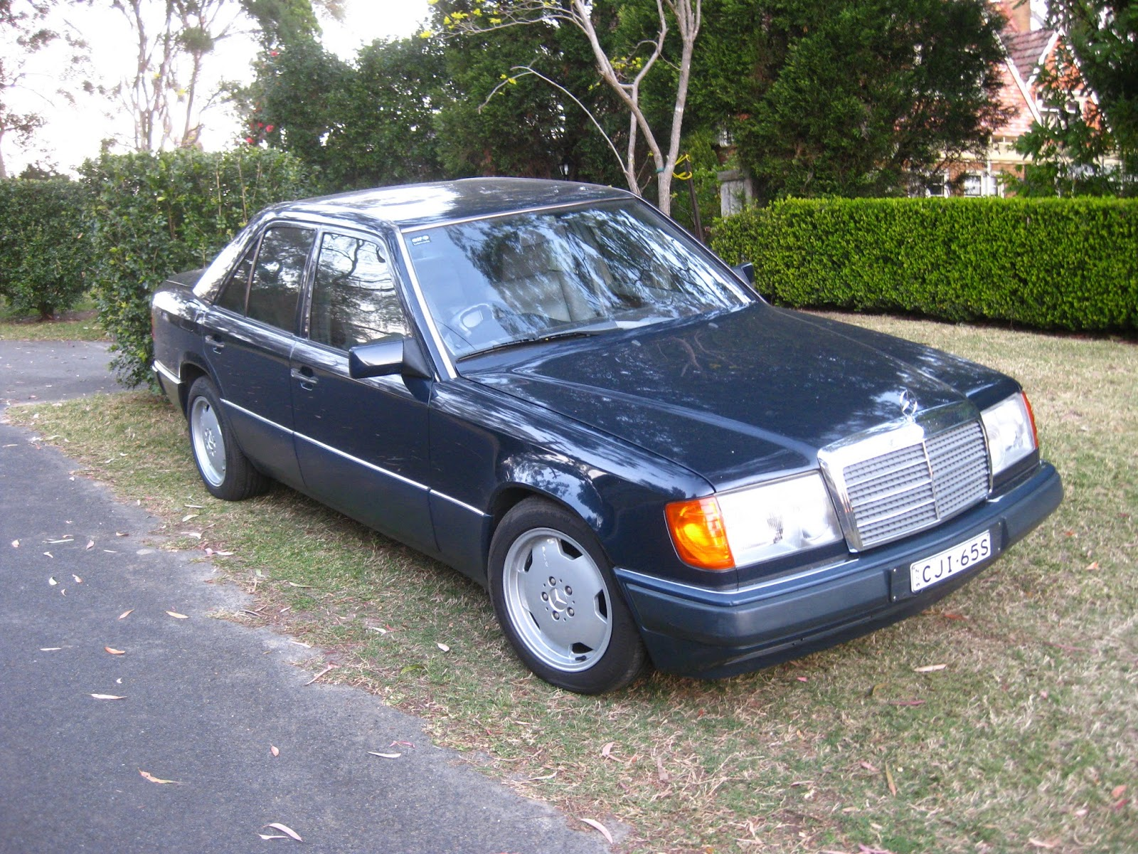 Aussie old parked cars 1990 mercedes benz w124 300 e 24 for Mercedes benz 1990