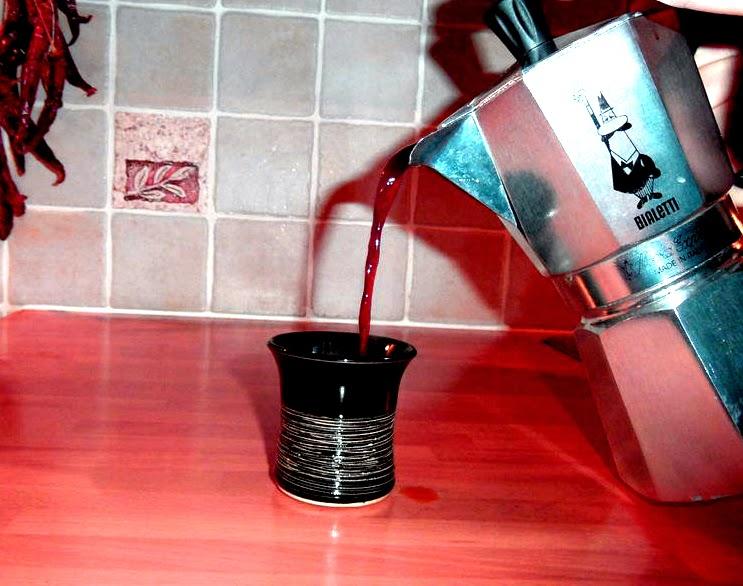 sirviendo café en la moka