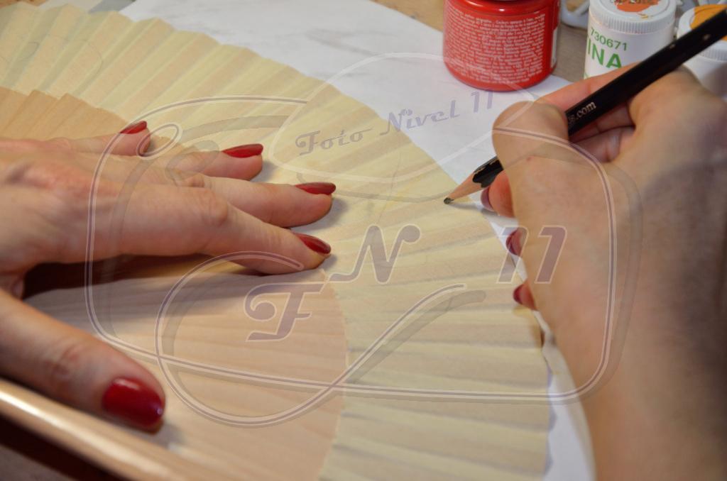 Foto nivel 11 artesanos de madrid pintora de abanicos - Como pintar abanicos ...