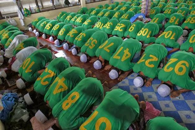 Muslim Rohingya shalat di penjara