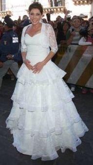 Cynthia Klitbo con vestido blanco (vestido de novia)