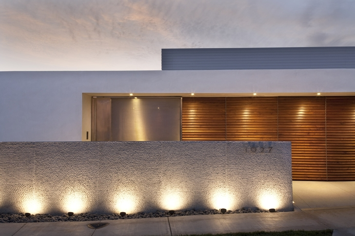Modern facade of CORMAC Residence In California