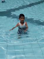 anak bermain di kolam renang