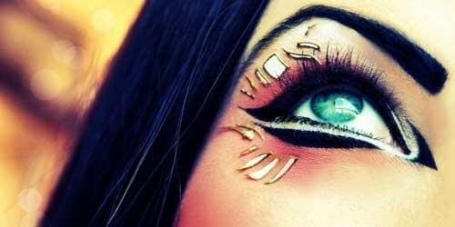 delineado de ojos egipcio