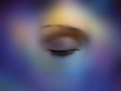 """... สิ่งที่พอจะจดจำได้ ก็มาจากการพูดย้ำประโยคเดิมๆ ประโยคนั้นมันสะกิดใจดีเหลือเกิน เป็นคำง่ายๆแต่ความหมายกับลึกซึ้ง """"หลับตา จึงมองเห็น"""""""