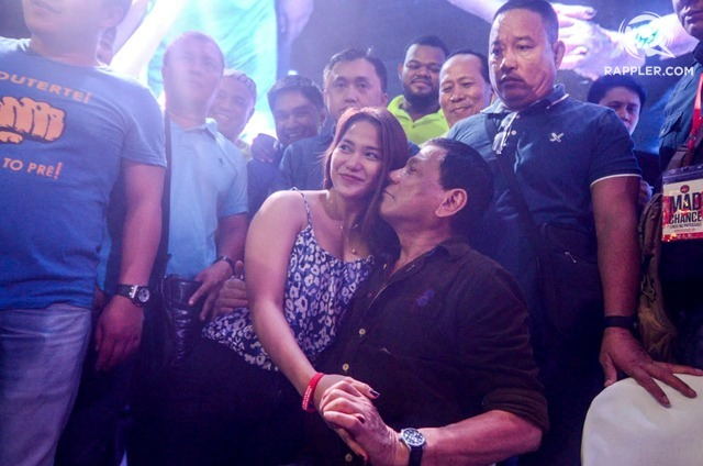Rodrigo Duterte happily accedes to a request for a photograph with a female supporter. Photo by Alecs Ongcal/Rappler
