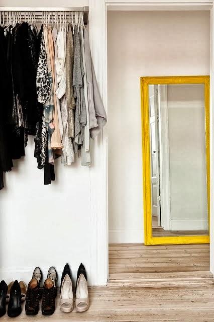 Żółta rama lustra jako energetyczny dodatek