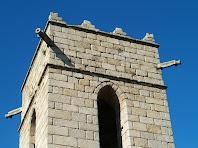 El campanar, amb les gàrgoles i merlets, del Santuari del Corredor