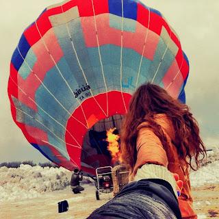 chica y su novio en un globo
