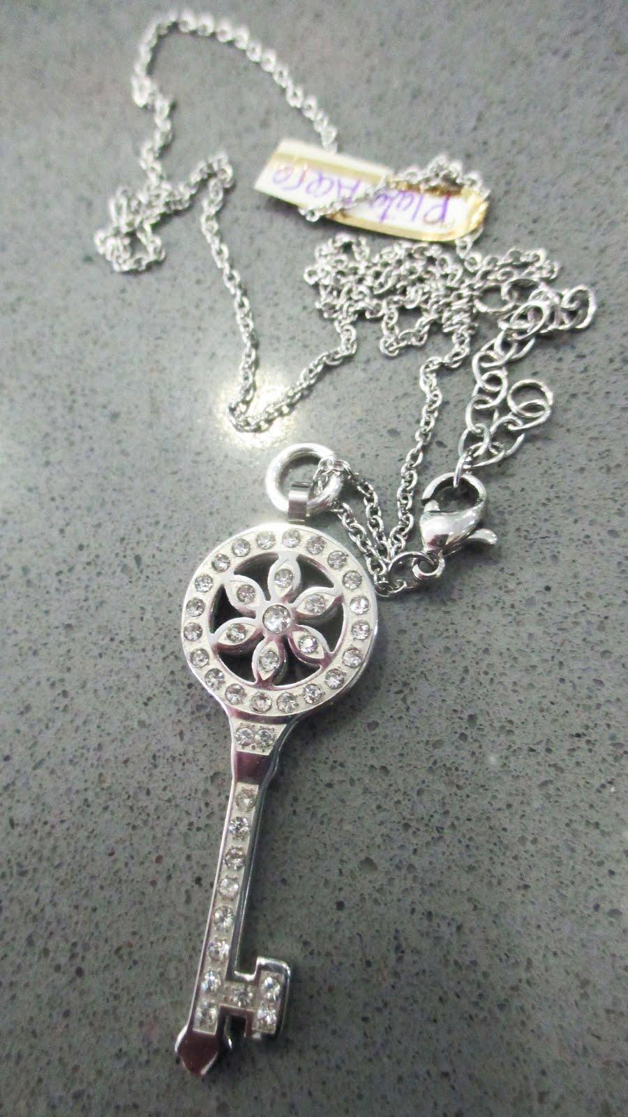Gargantilla con llave, plata y acero
