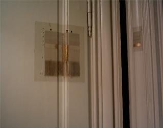 palet ved døren (palette at the door, palette à la porte)