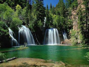 air terjun mengalir dari suatu gunung yang begitu indah rupanya aku sangat tertarik ,kalau aku baya