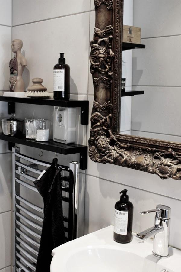 makeover, inredning toalett, liten toalett, svart och vit inredning, trärena detaljer, lilla bruket, varberg, spegel, handdukstork, pumptvål, stora vita kakelplattor, vitt kakel på toaletten, inspiration, inredning, anatomidocka, docka med inälvor, vitt, interior, home