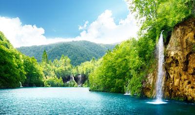 Cascada sobre el río azul en Croacia - Croatia waterfall forest nature