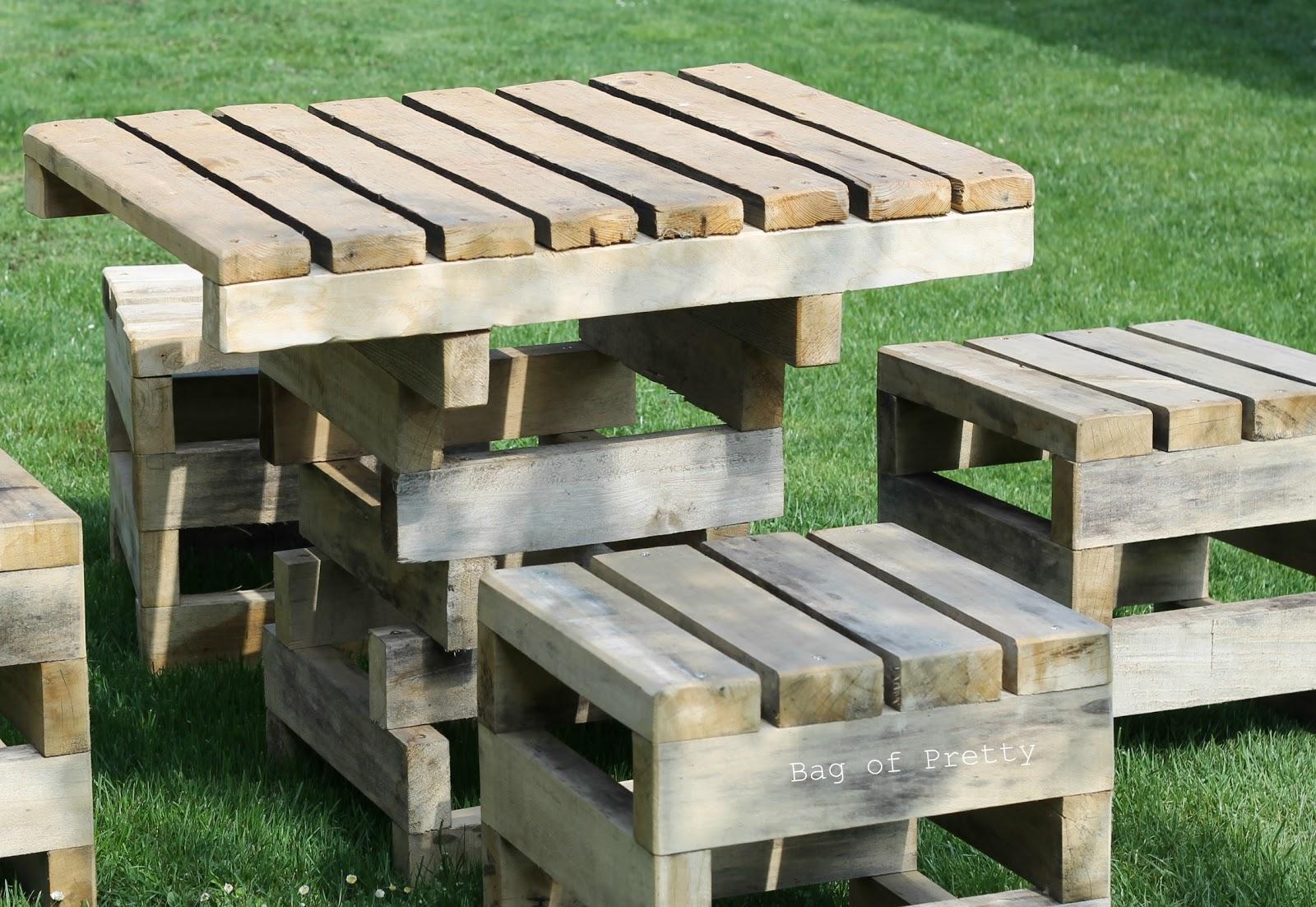 bag of pretty surprise surprise pallet garden furniture. Black Bedroom Furniture Sets. Home Design Ideas