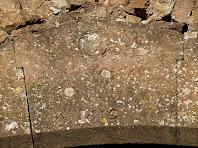 Llinda amb data al annex del mas de Vilagú