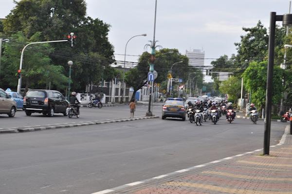 polisi melawan arus di jalan raya-1