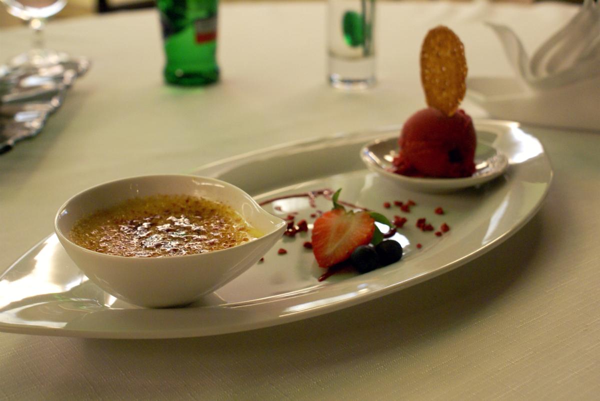 Vanilkové Créme Bruleé s oplátkou a malinovým sorbetom - reštaurácia Iris