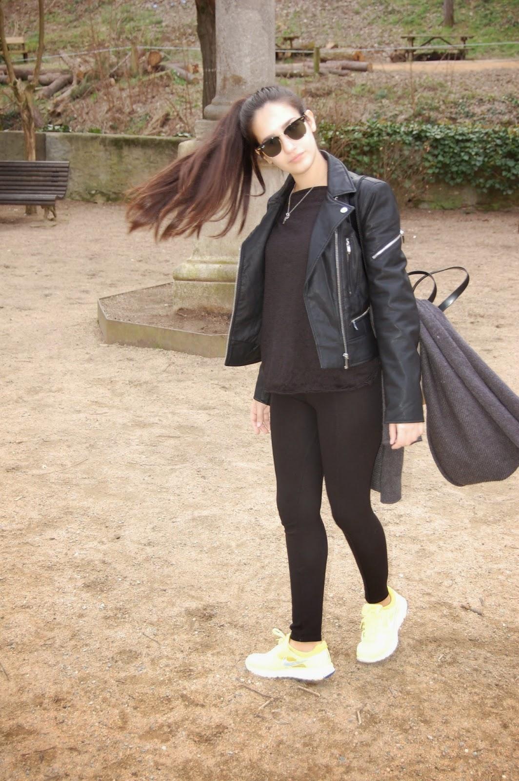 cazadora negra zara, jersey negro mango, leggins negros zara, zapatillas nike amarillas, bolso beig bimba&lola, bufanda gris zara