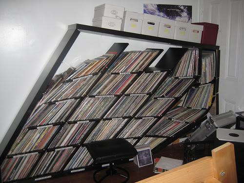 Bricolage raté et marrant, l'étagère s'écroule sous le poids des disques. Fail magnifique !