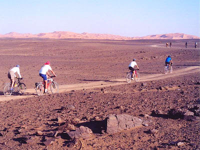 Turistas em área seca do saara em Marrocos.